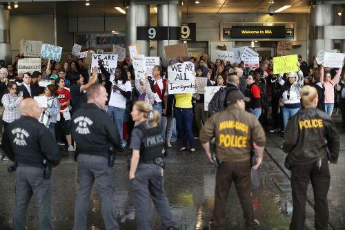 5071115_6_67c2_des-manifestants-sont-reunis-a-l-aeroport_e98244d7c88f0a8cd20d7a8450c99eec