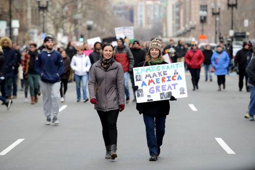 5071179_6_fc89_deux-manifestantes-a-boston-sur-boylston_60cc7f5083f3926f3fb07b4ef47232ee